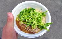 新茶の天ぷらを乗せた蕎麦