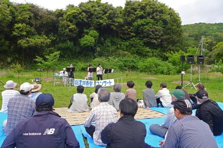 青空コンサートが行われた須津川沿いの広場