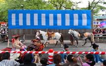馬場に入場する馬と騎手たち
