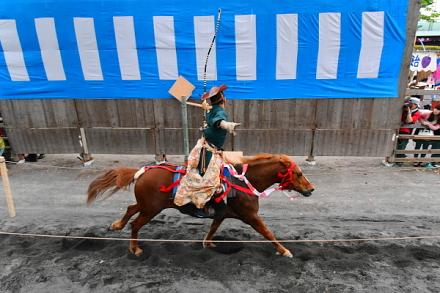 疾走する馬から矢を射る騎手