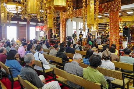 寺音祭のライブが繰り広げられた本堂内