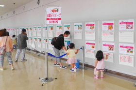 富士のふもとのグルメコンテスト投票風景