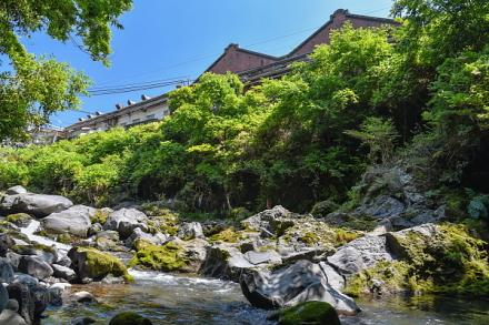 入山瀬渓谷から見える富士製紙(現 王子エフテックス)の赤レンガ造りの建物