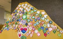 段ボール巨大富士山に飾られた刺繍作品