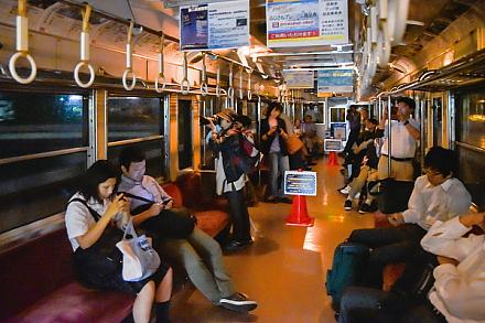 運行中の夜景電車車内