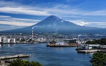 展望台からの港と富士山の眺め