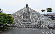 石を積み上げた富士塚