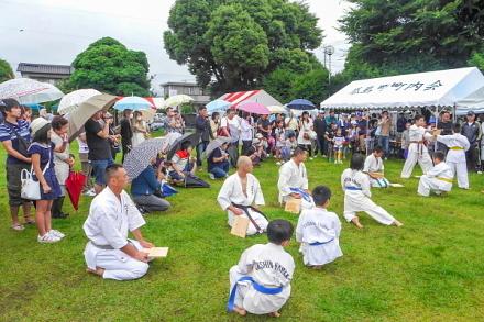 賑わいを見せる祭り会場の瓜島公園