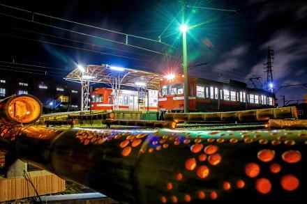 ホームに停車する電車と竹かぐやの風景