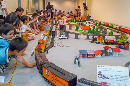 子供たちで賑わう大型鉄道模型コーナー