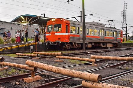 岳鉄赤ちょうちんが行われた比奈駅 電車で来場する人々