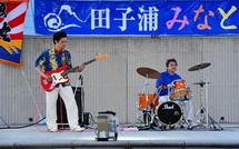 野外ステージでのバンド演奏
