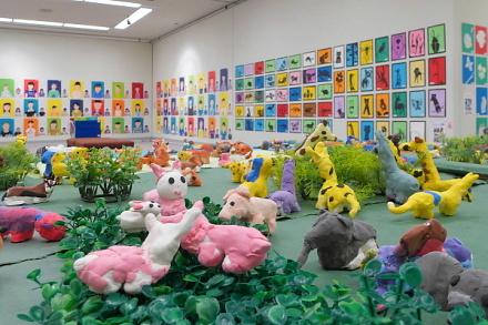 多彩な作品が並ぶアトリエパセリ作品展