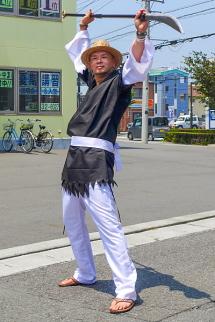 ポーズを決めて写真撮影に応える富士岳南地区非公認キャラ「弁慶」