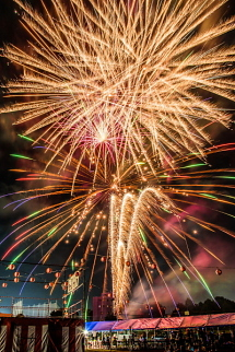 祭りを締めくくる打ち上げ花火