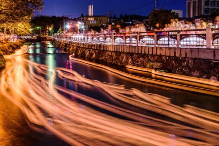 神田川を流れる灯籠の軌跡