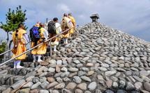 塚に参拝する山伏たち