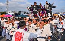 祭り会場を出発する神輿