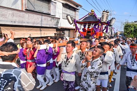 鷹岡の町内を練り歩く神輿