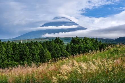 穂が出始めたススキと刻々と変化する富士山周辺の雲<br />