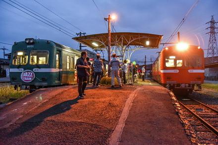夕暮れ時の岳南江尾駅の風景