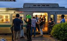 江尾駅での停車時間を楽しむ乗客
