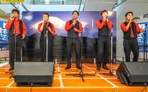 熱唱するFLAT FIVEメンバー