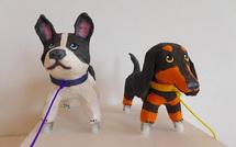 さまざまな表情のおさんぽ犬が並ぶ