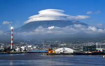 台風一過で姿を現した笠雲の富士山(田子の浦港より)