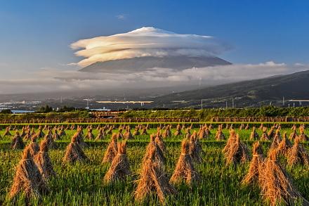 迫力ある巨大な笠雲(富士市東部の水田より)