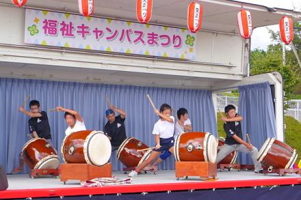 ステージでの太鼓の演奏
