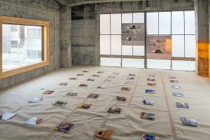 生まれ変わりつつある空間を使った作品の展示