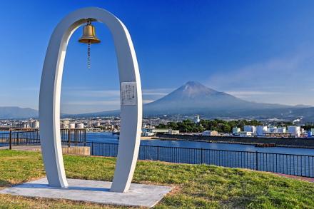ふじのくに田子の浦みなと公園の一角に設置された「はじまりの鐘」