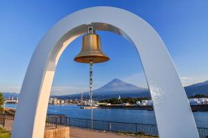 鐘越しに見る港と富士山