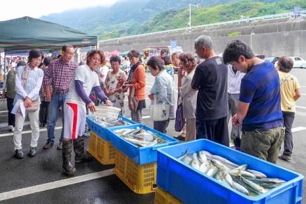 人気を集めた鮮魚の即売会