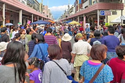たくさんの人で賑わう富士本町軽トラ市