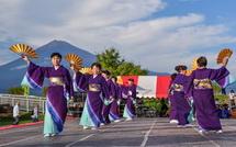 綺麗な富士山をバックに演舞