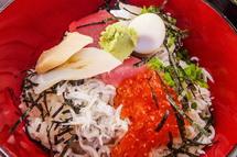 さまざまな魚介類も一緒に味わえる気まぐれ丼(丼のアップ)