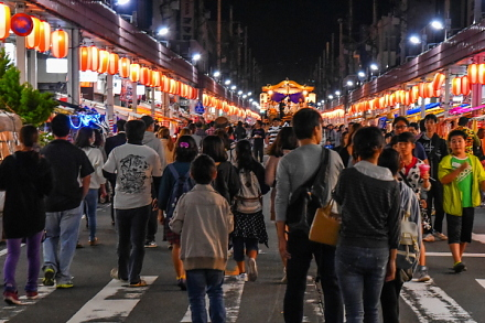 賑わいを増す夜の富士本町通り