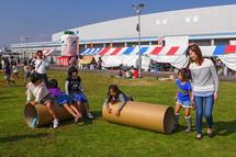 紙管で遊ぶ子供たち