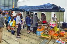 野菜などを販売する出店