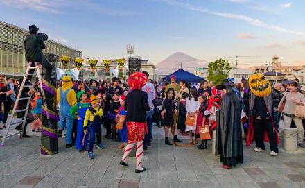 富士市交流プラザ前の広場に仮装した参加者が集まる