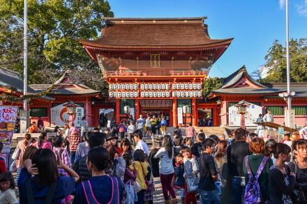 富士宮まつり開催で賑わう浅間大社楼門前