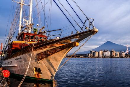 帆船「オーシャンプリンセス号」と富士山