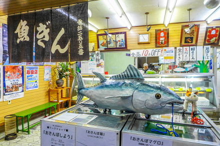 焼津商店街の店舗にアート作品を展示