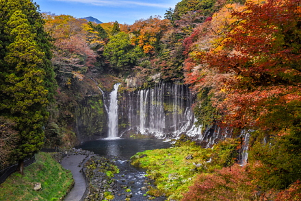 白糸ノ滝と色付く木々