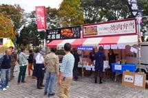 肉料理の出店が並ぶ