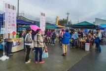 出店が並ぶ駅前広場