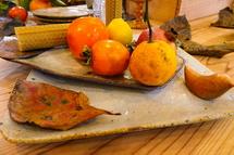 冬の食卓を飾る食器などのディスプレイ