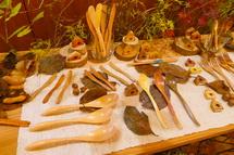 木のスプーンなどの展示
